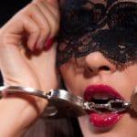 accessoires coquins: masque et menottes