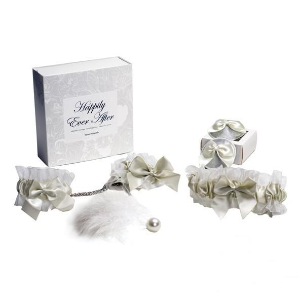 Coffret cadeau happily ever after composé d'une jarretière, de menottes et de nippies.