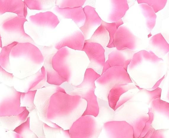 Pétales de roses synthétiques pour créer une atmosphère romantique en les disposant sur le lit