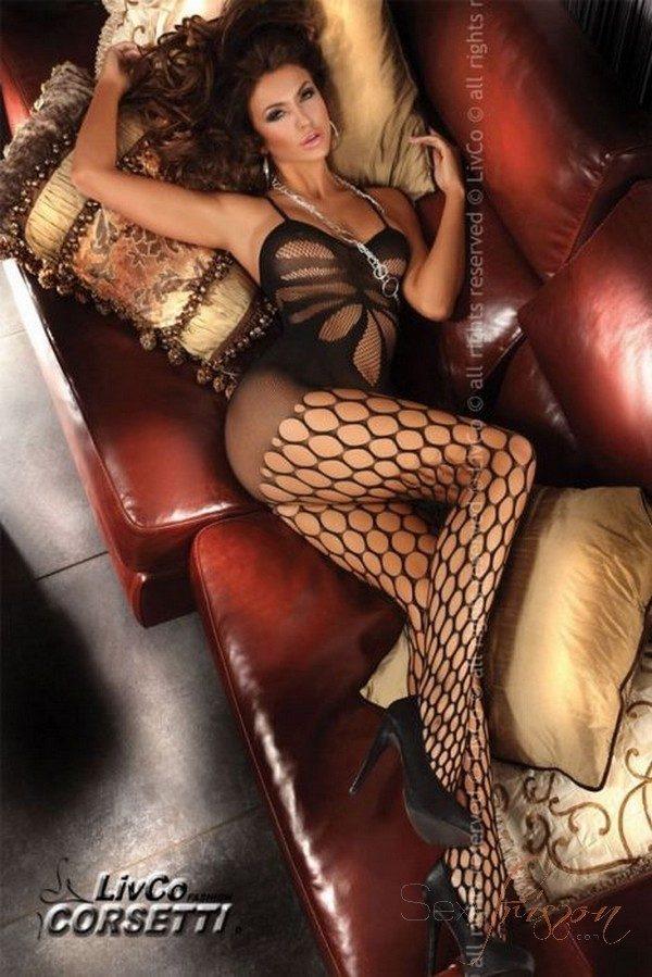 Combinaison en résille Artemida de livco corsetti avec des motifs très érotiques. Les ouvertures sur le devant offrent un joli relief. Grosses mailles sur les jambes pour faire monter l'excitation. Matière élastique et moulante qui souligne les courbes et met l'accent sur le corps.